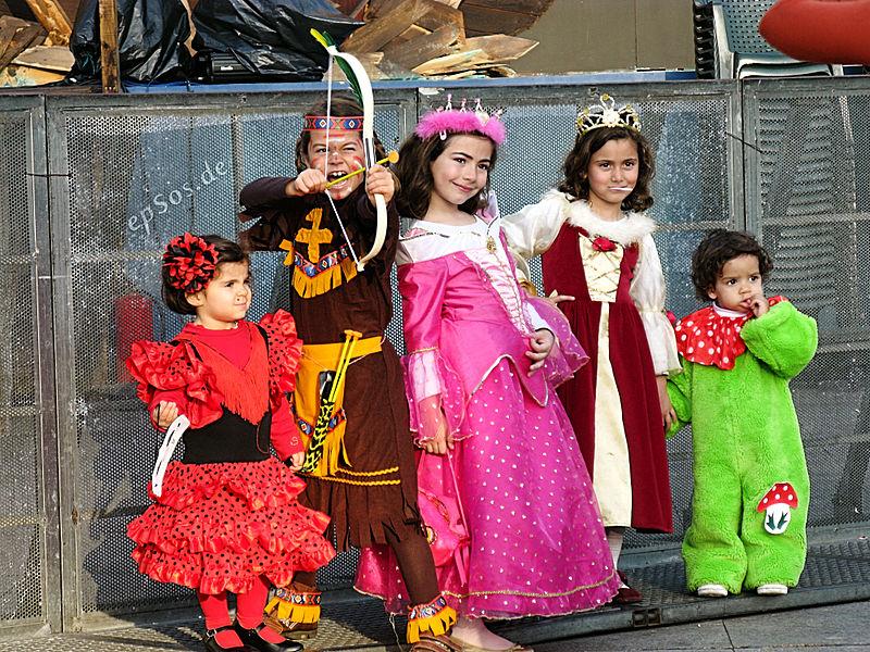 Kinder in bunten Kostümen