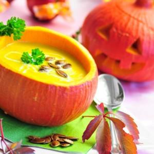 Aus dem Fruchtfleisch lässt sich eine leckere Kürbissuppe zaubern ( Bild: Kathleen Rekowski - Fotolia)