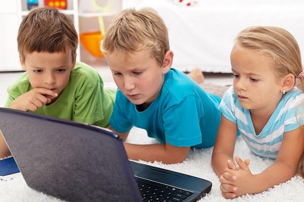 Kinder spielen gemeinsam am Laptop