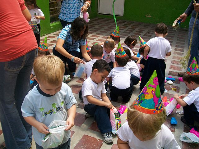 Kinder machen sich über den Inhalt der Pinata her