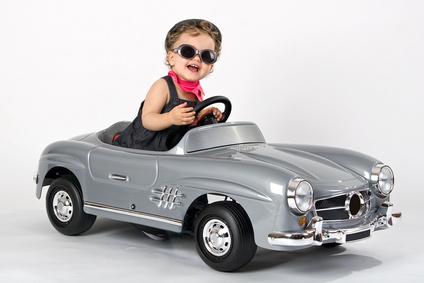 Kind im Miniatur-Sportwagen