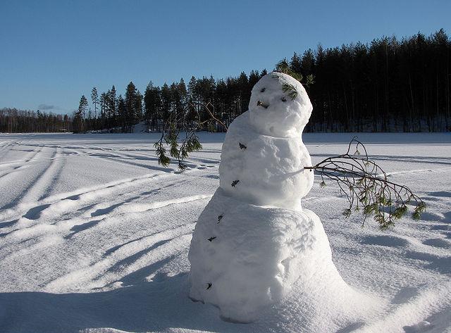 Schneemann bauen beim Kindergeburtstag